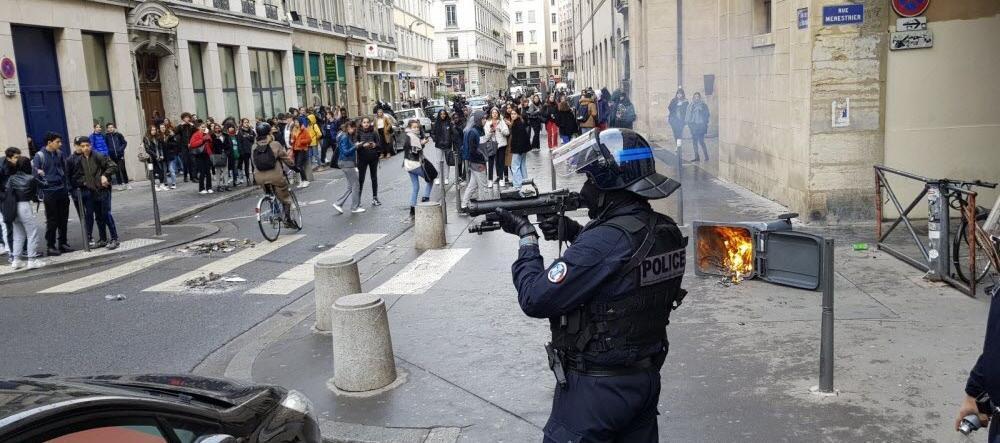 Un policier attaque des lycéens à Lyon